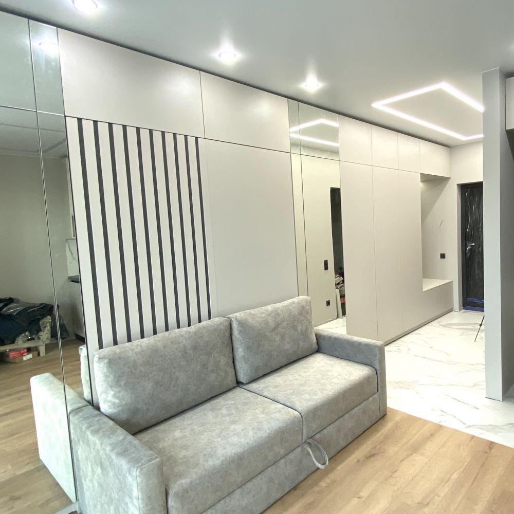 Шкаф-кровать с зеркальными пеналами, кухней и прихожей: ул. Белградская